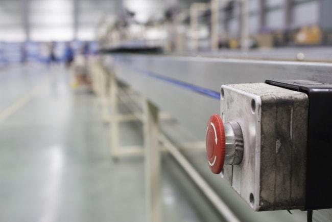 Nödknapp vid ett produktionsband i linjeproduktion